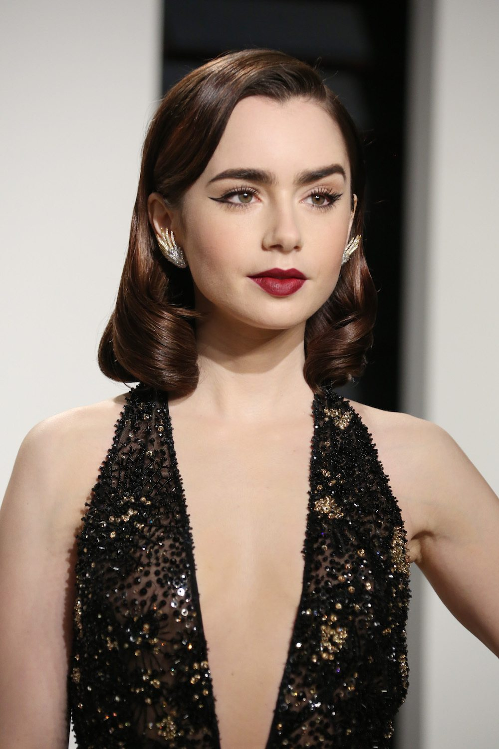Rambut Hollywood curls dari Lily Collins.