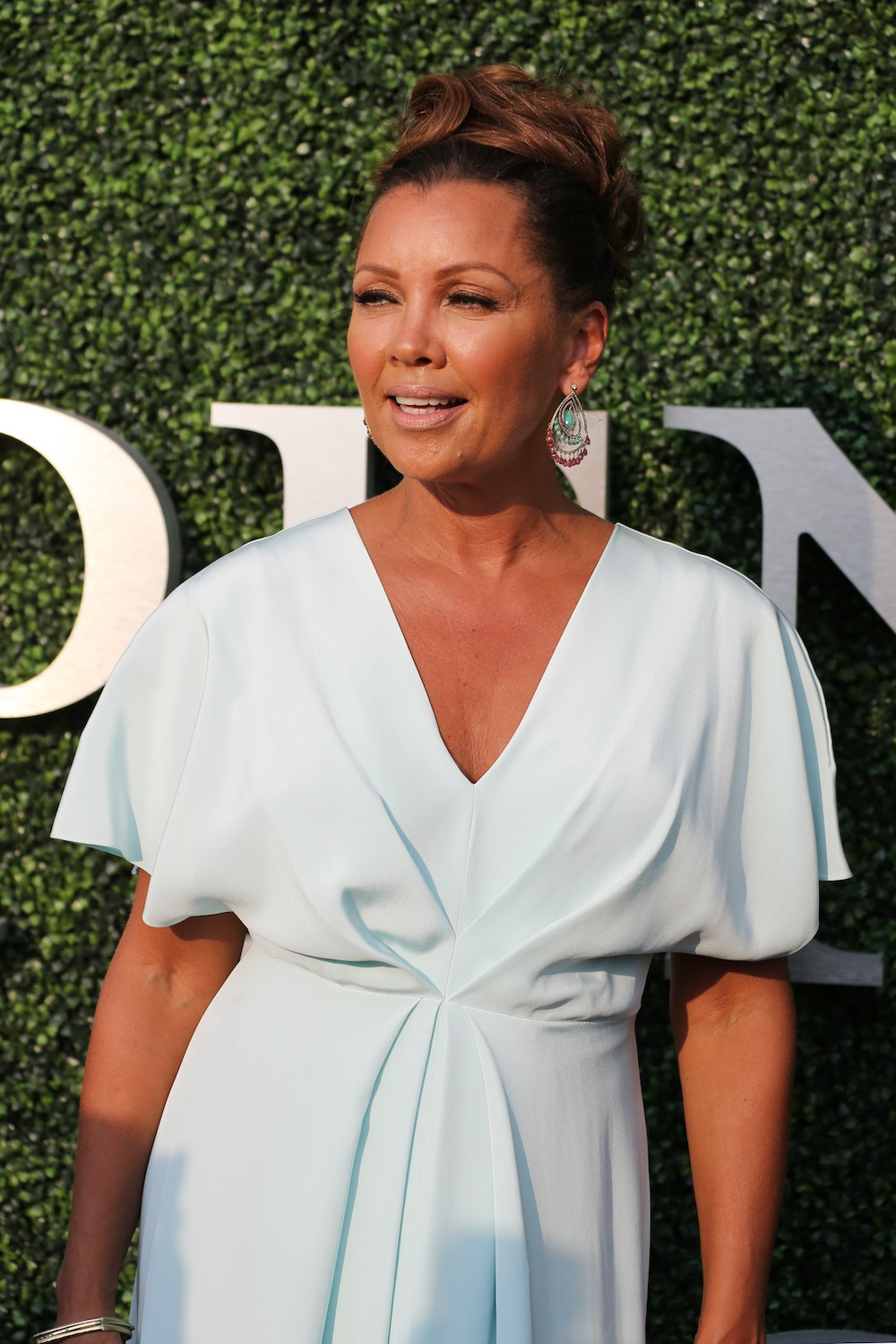 Vanessa-williams dengan warna rambut cokelat medium.