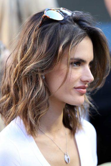 Allesandra Ambrosio dengan rambut beach waves sebahu.