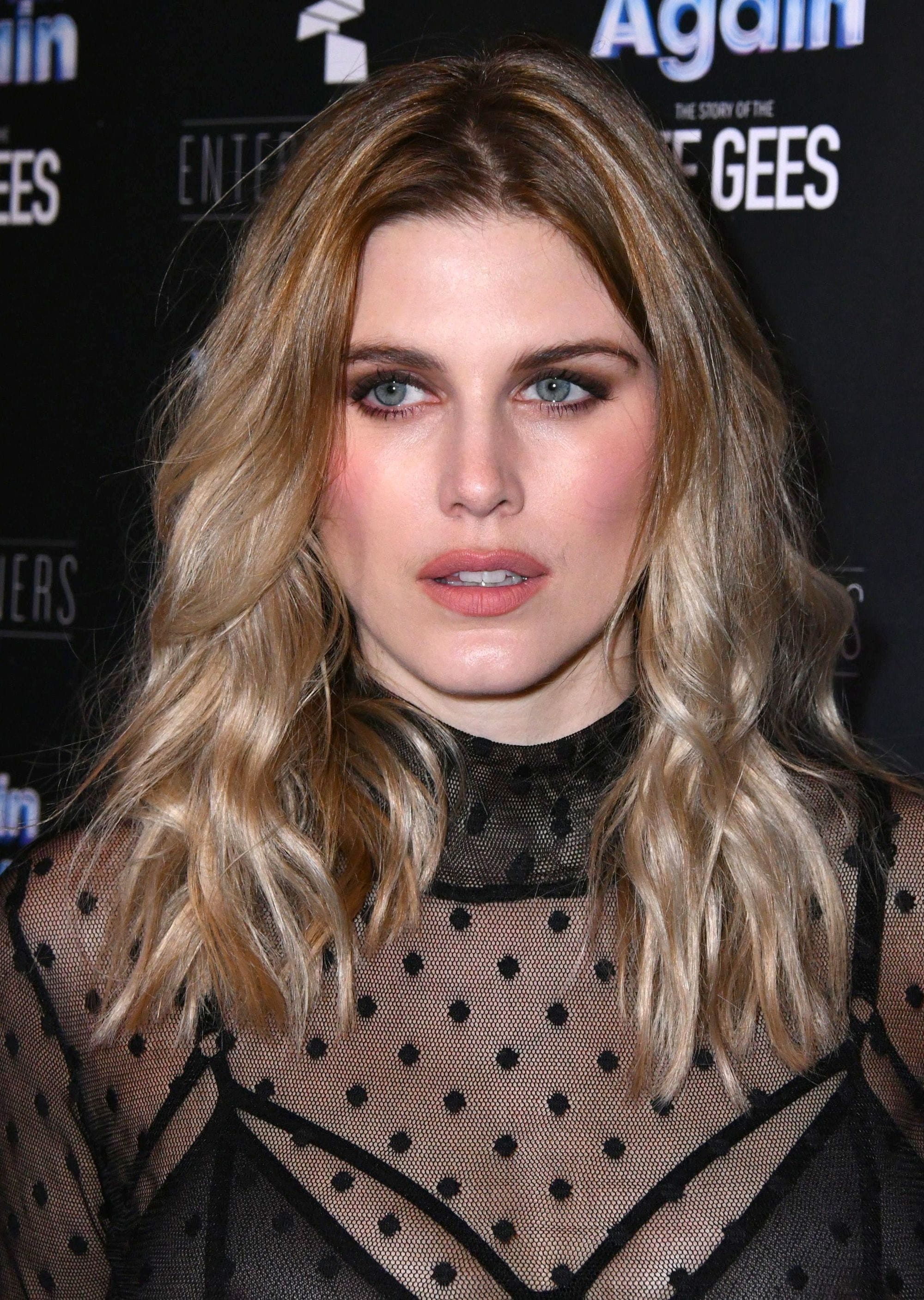 Ashley James dengan rambut beach wavs sebahu pirang.