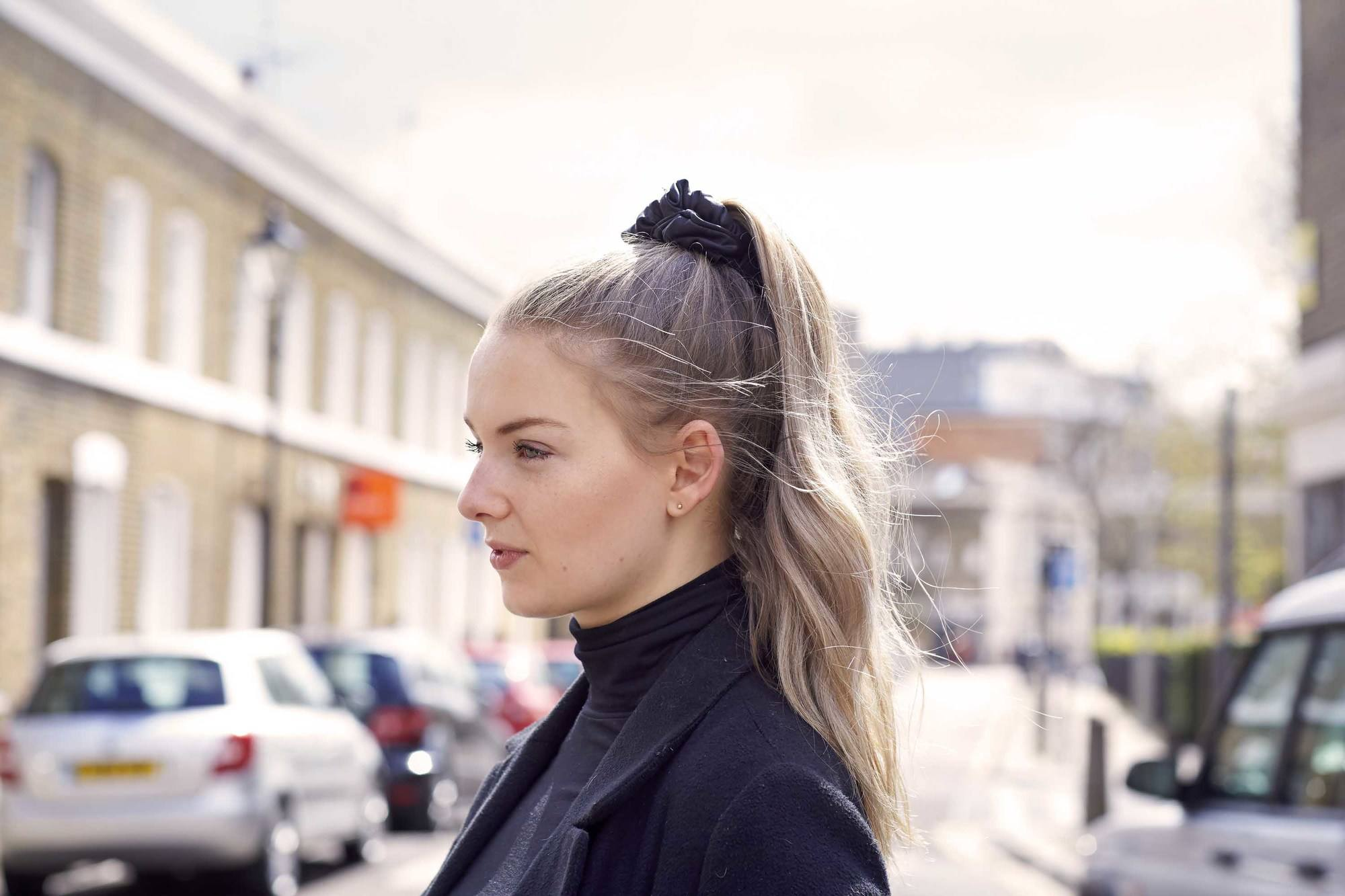 Wanita kaukasia dengan warna rambut pirang kecokelatan ditata dalam gaya rambut ponytail