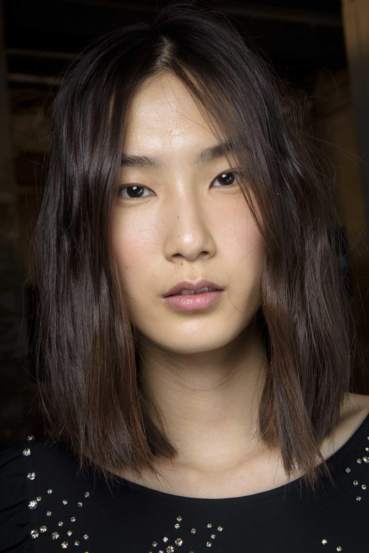 Wanita asia dengan model rambut medium bob warna rambut dark brown