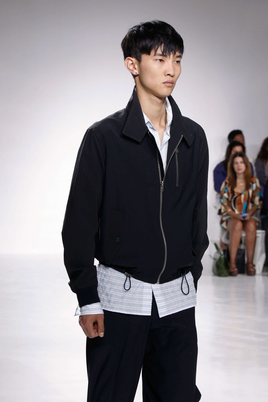 pria asia dengan model rambut crop cut