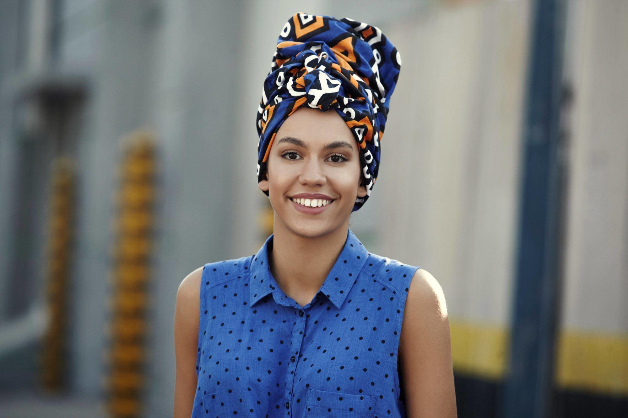 Wanita hispanic dengan gaya rambut turban etnik