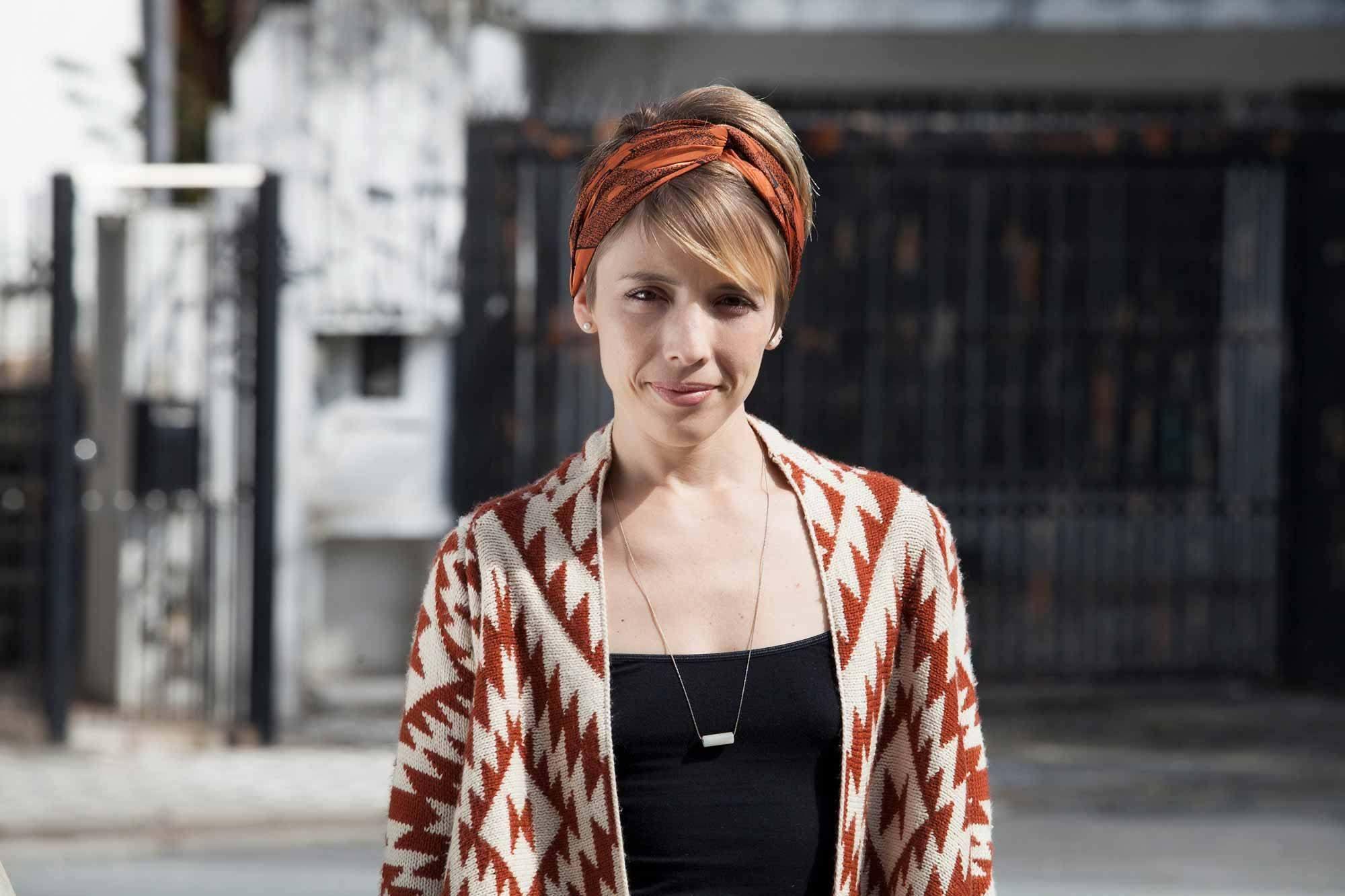 Wanita kaukasia dengan model rambut bandana