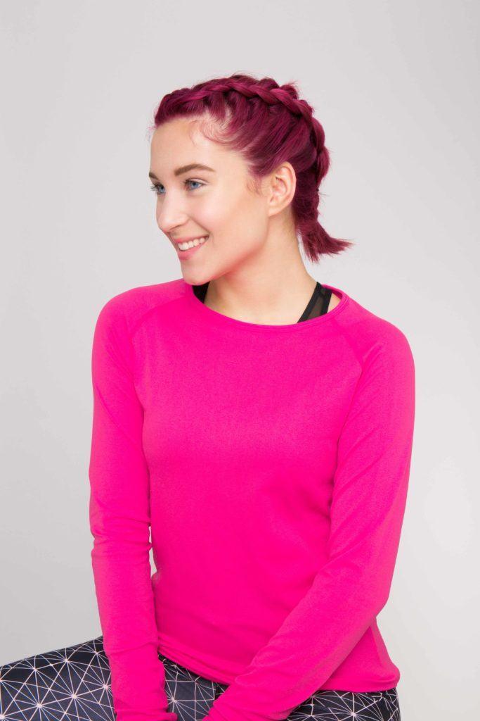 Wanita kaukasia dengan model rambut kepang double dutch braid warna pink