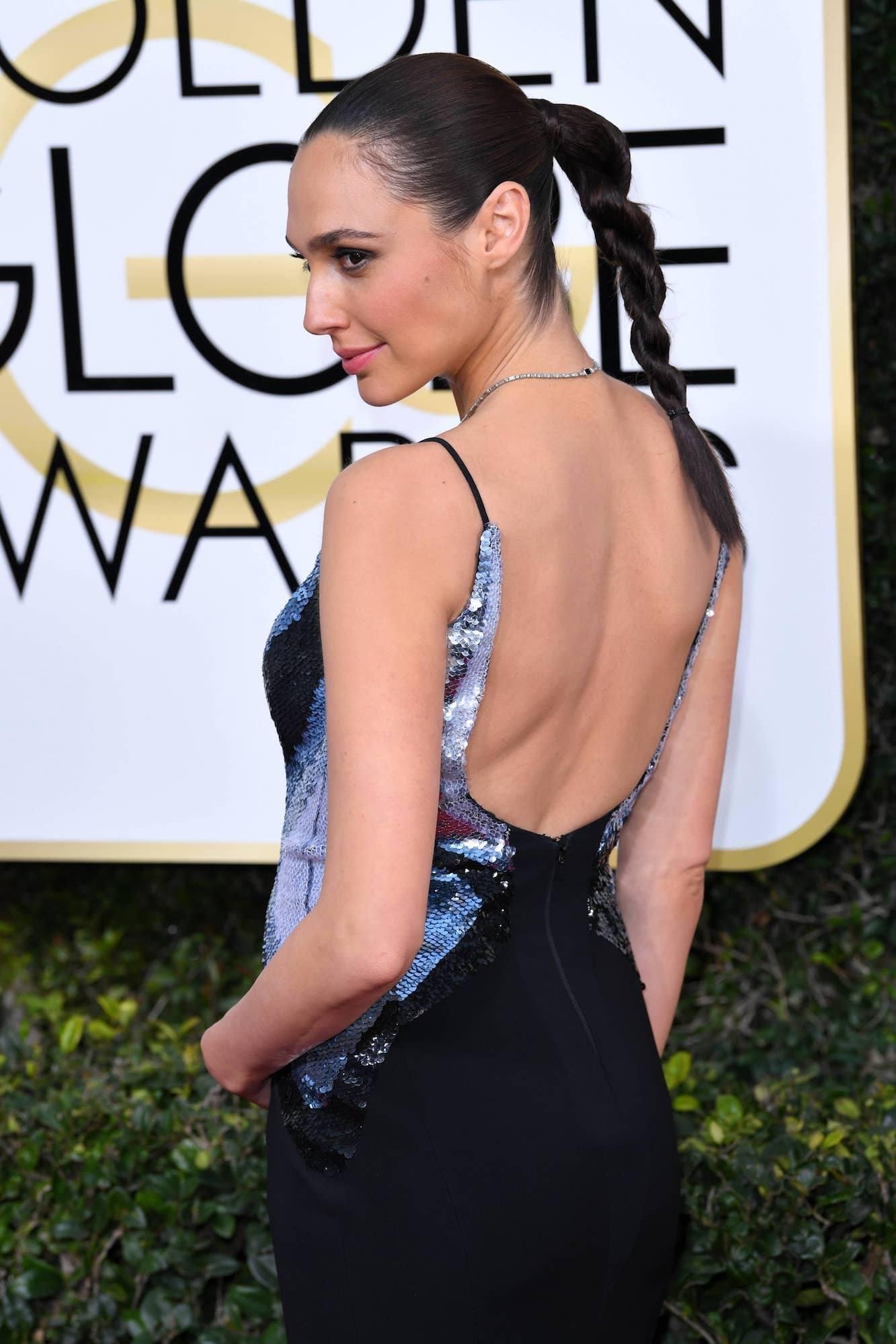 gal-gadot-twisted-high-ponytail-golden-globes-2017