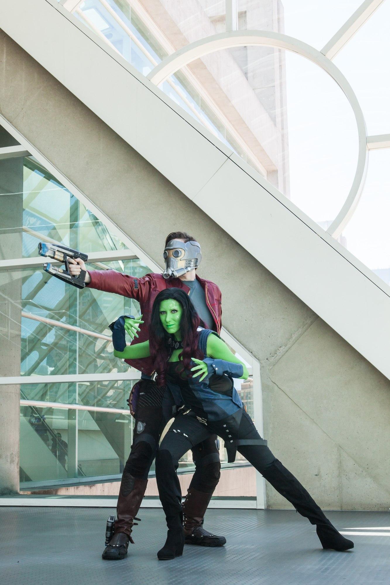 Pasangan kaukasia dengan cosplay kostum dan gaya rambut Gamora Guardians of the Galaxy