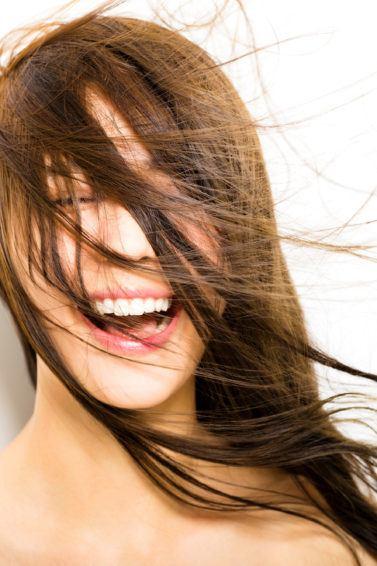 Wanita Asia dengan rambut panjang lurus warna cokelat tertiup angin