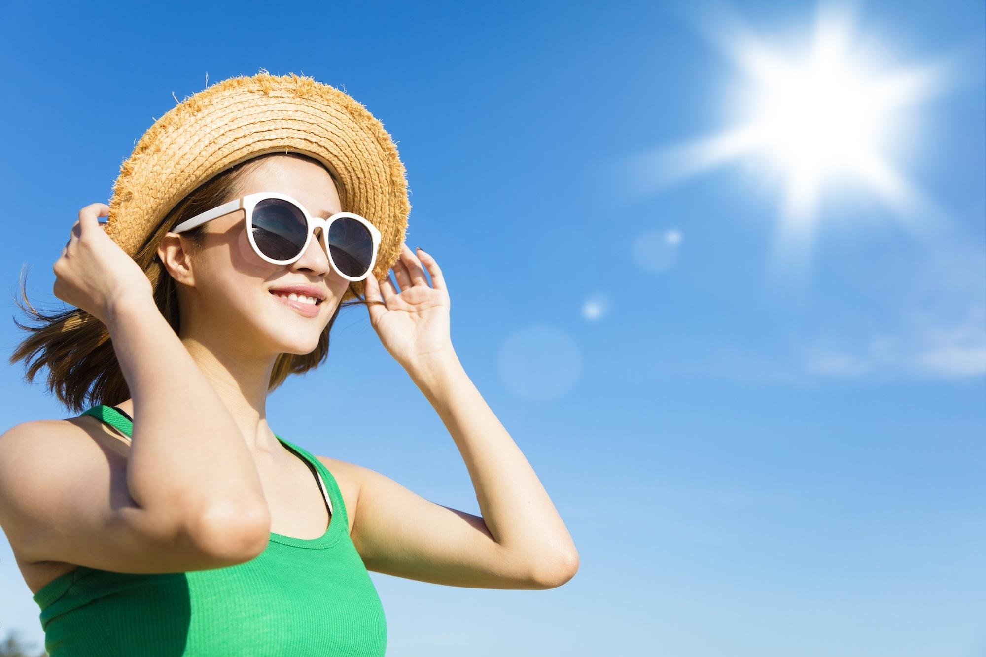 Wanita asia dengan model rambut bob berwarna cokelat menggunakan topi dan kacamata