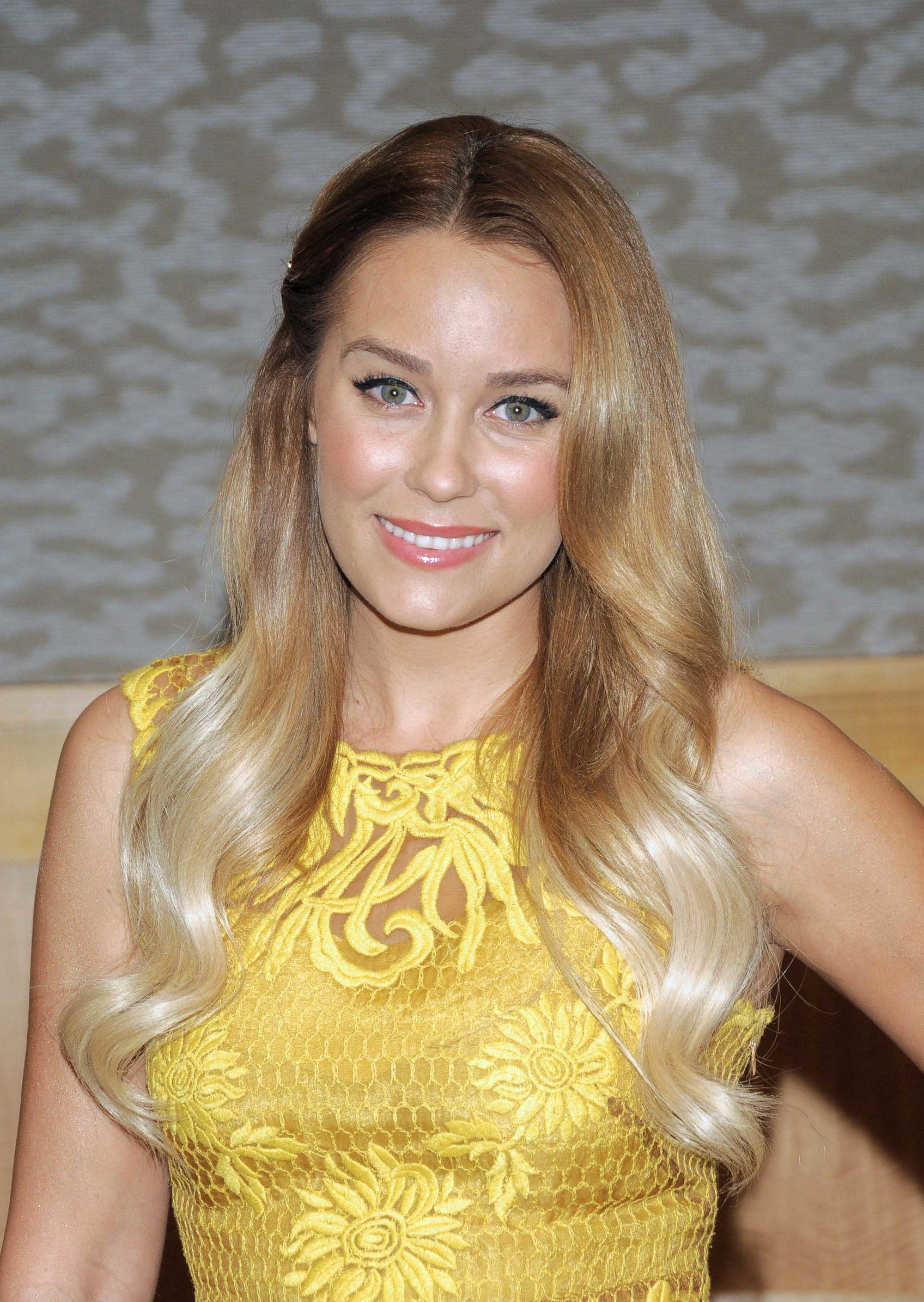 Lauren Conrad dengan model rambut loose waves ombre pirang.