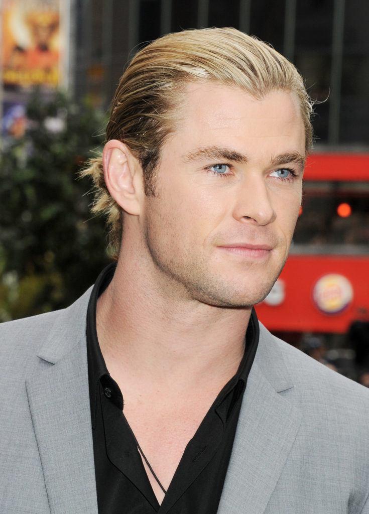 Slicked back man bun dari Chris Hemsworth.