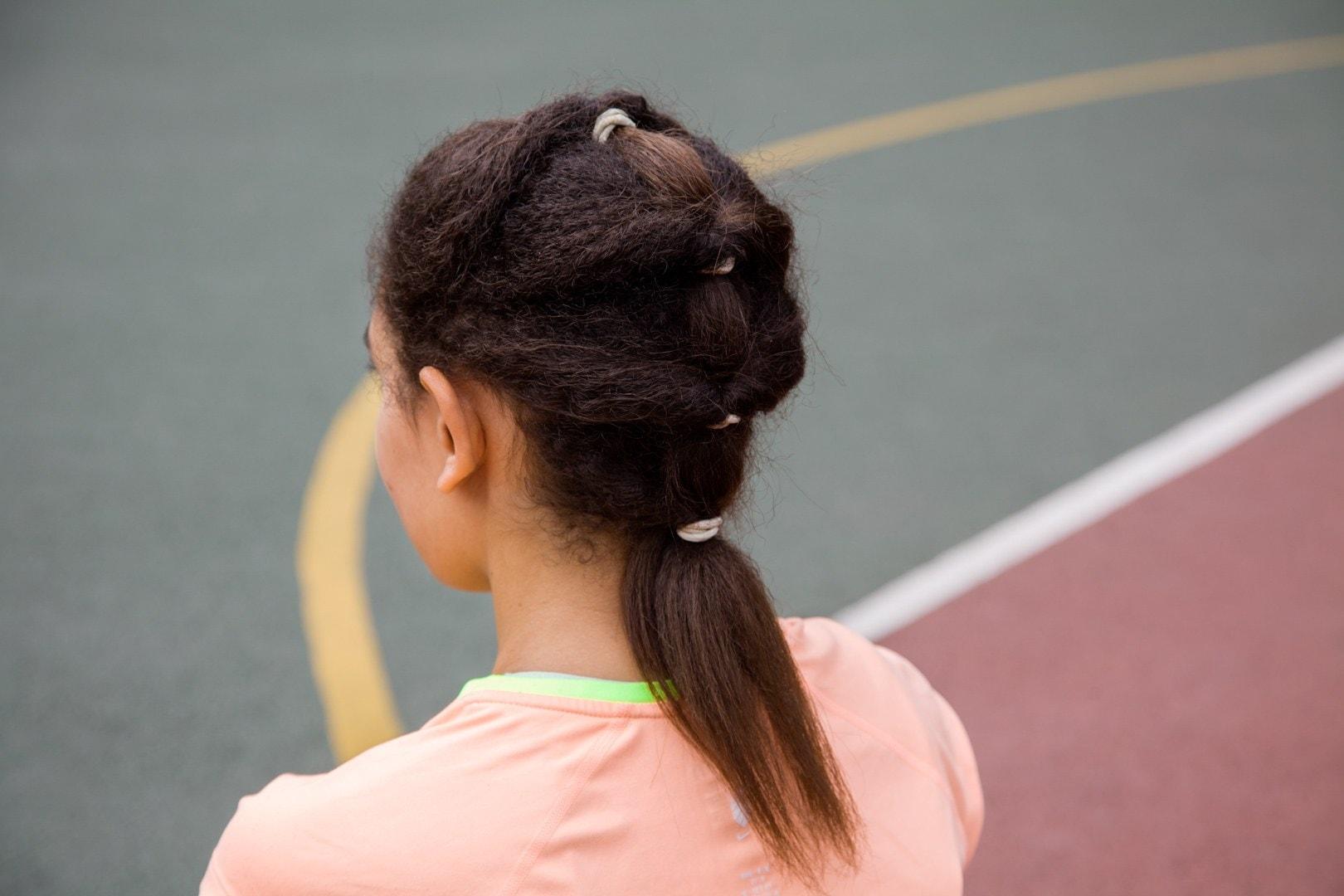 Wanita african american dengan model rambut tier ponytail