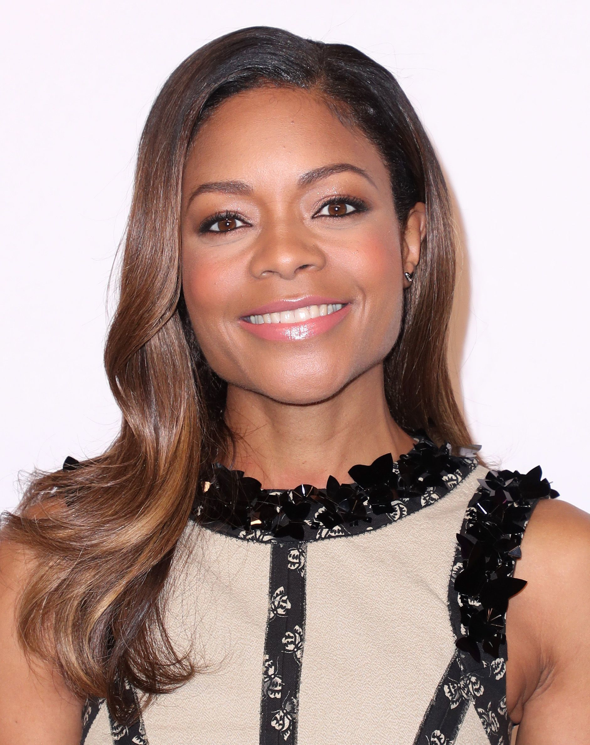 Naomie Harris dengan model rambut ikal panjang loose waves