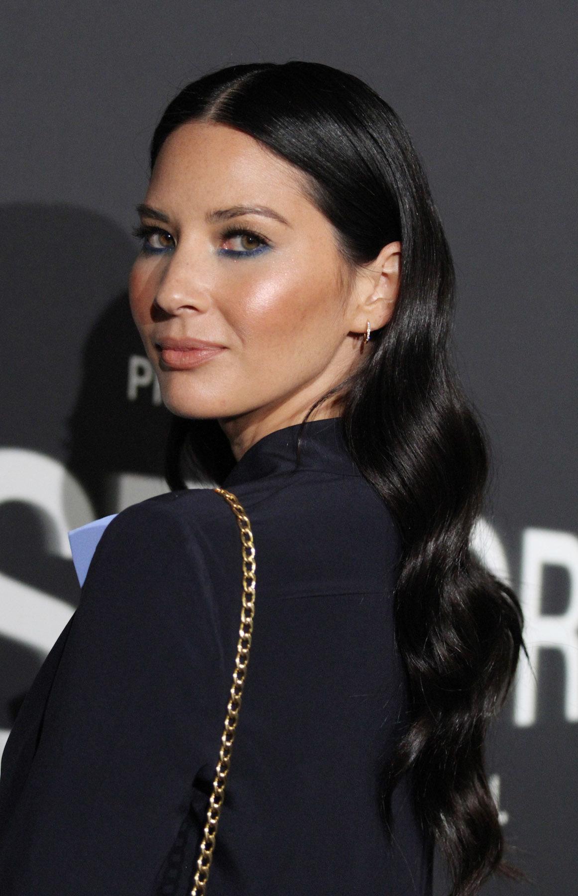 Olivia Munn dengan rambut hitam