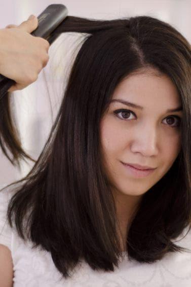 Wanita Asia dengan rambut lurus sebahu sedang dicatok.