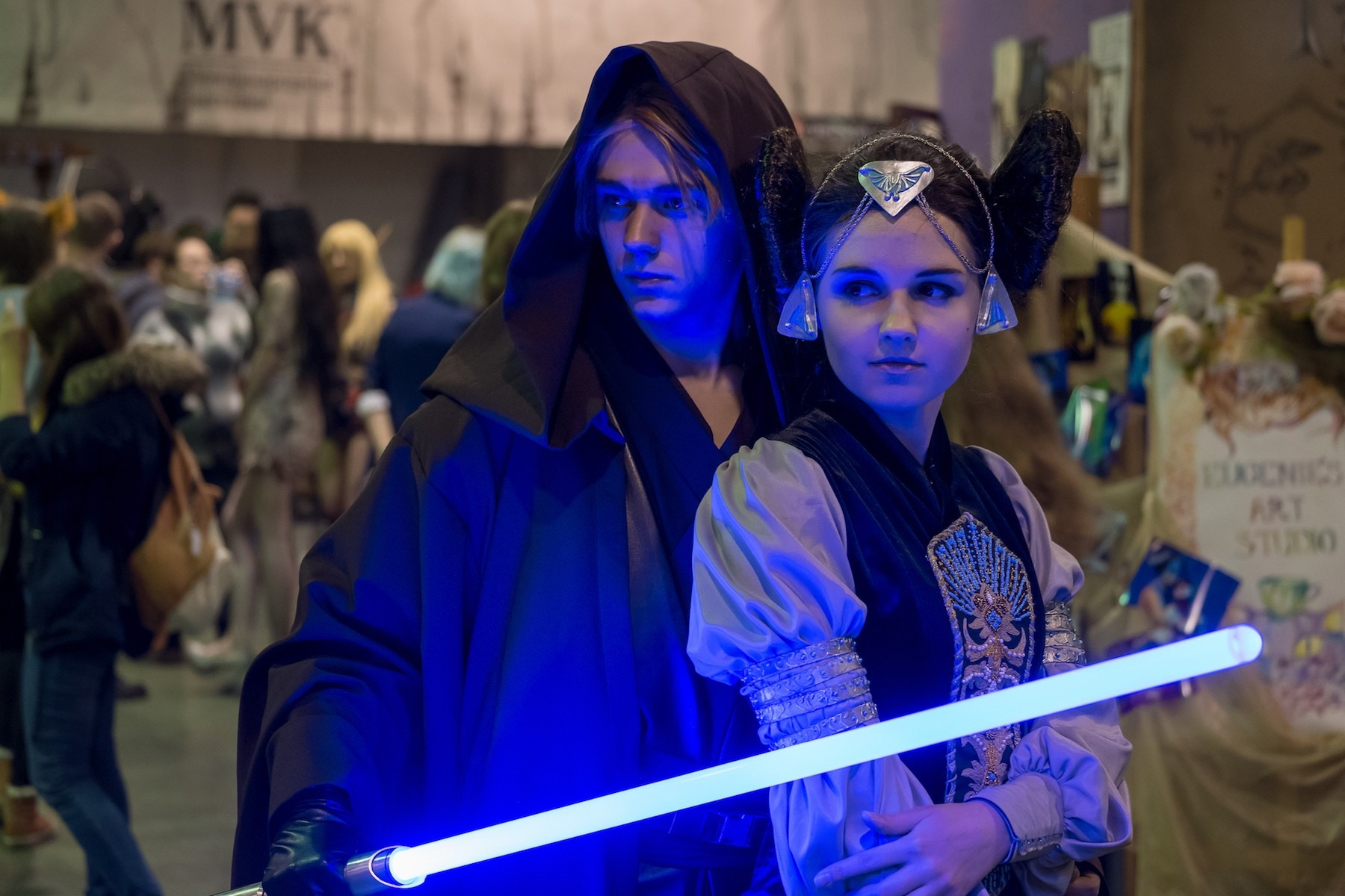 Couple cosplay princess leia dengan luke skywalker untuk halloween