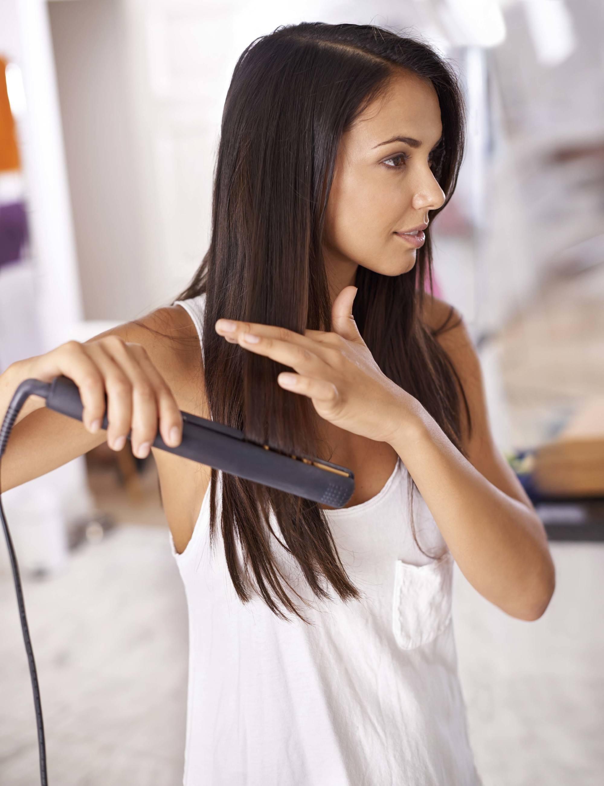 Wanita kaukasia dengan mencatok rambut menjadi lurus