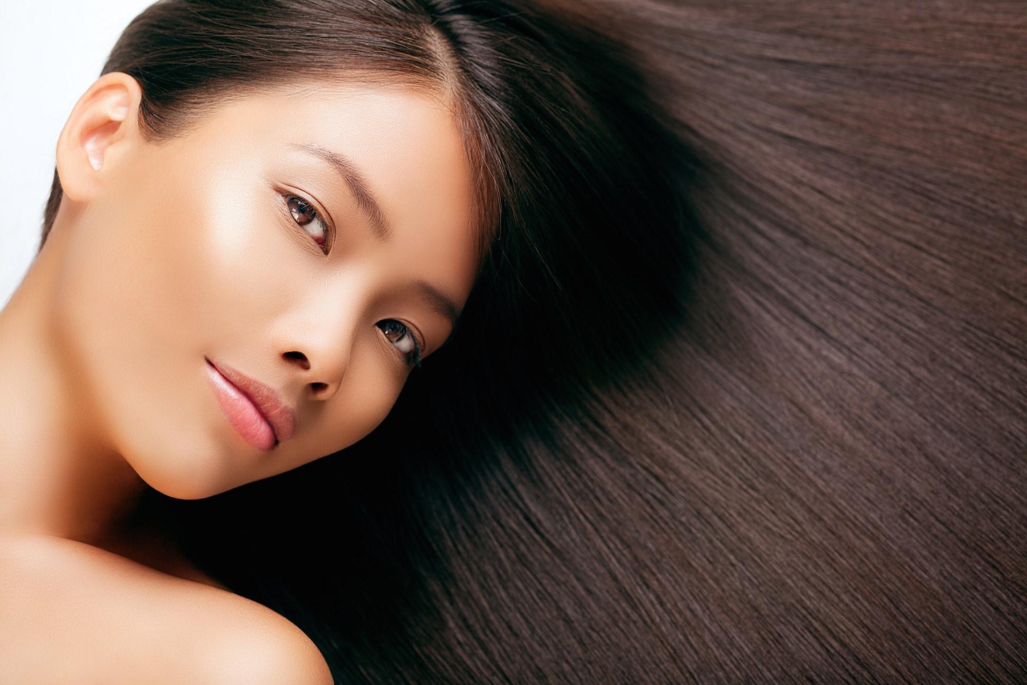 Wanita asia dengan rambut lurus dan indah