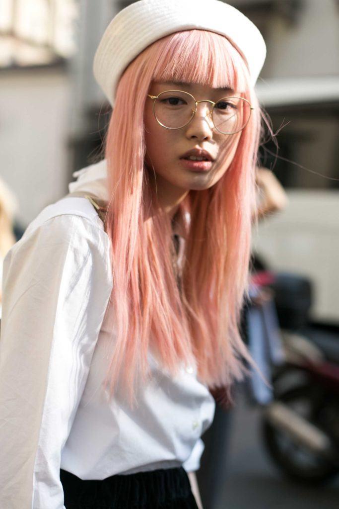 Wanita Asia dengan rambut lurus panjang poni depan warna pink pastel.