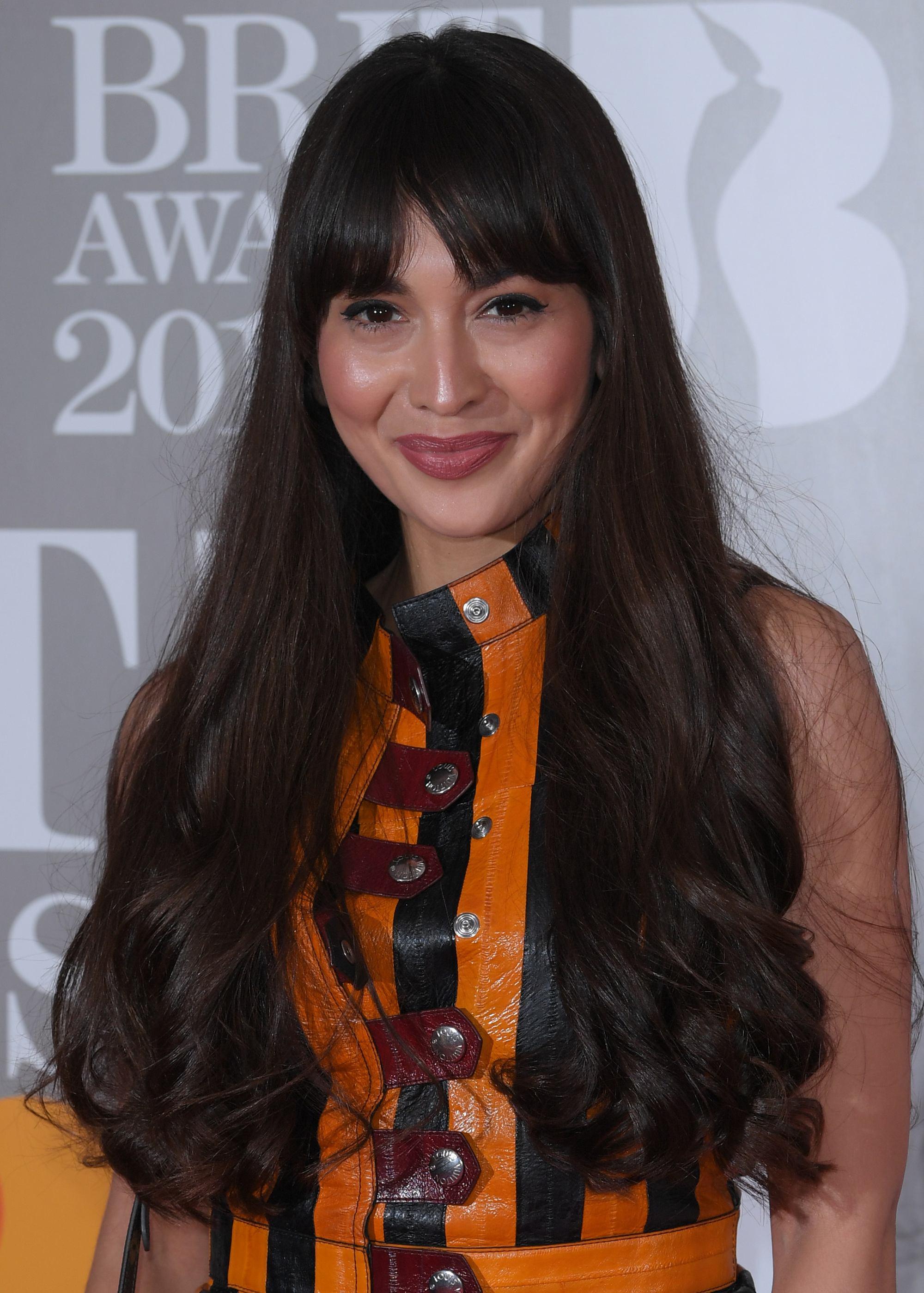 Zara Martin dengan rambut keriting panjang gantung.