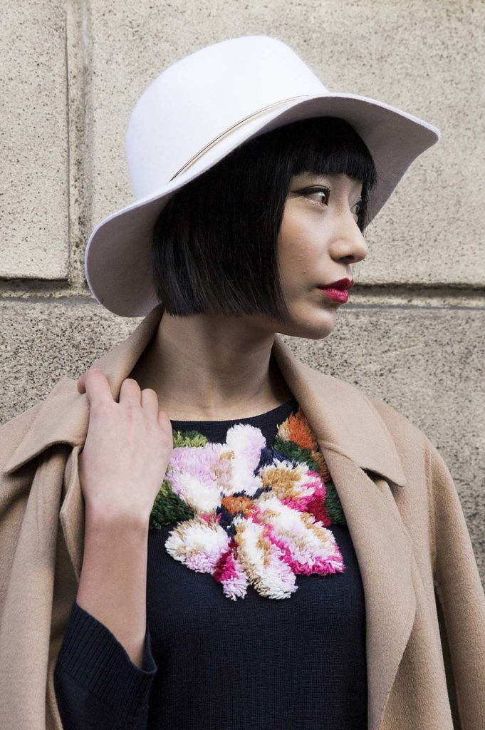 Perempuan asia dengan model rambut bob rata dan topi besar 887c1e3498