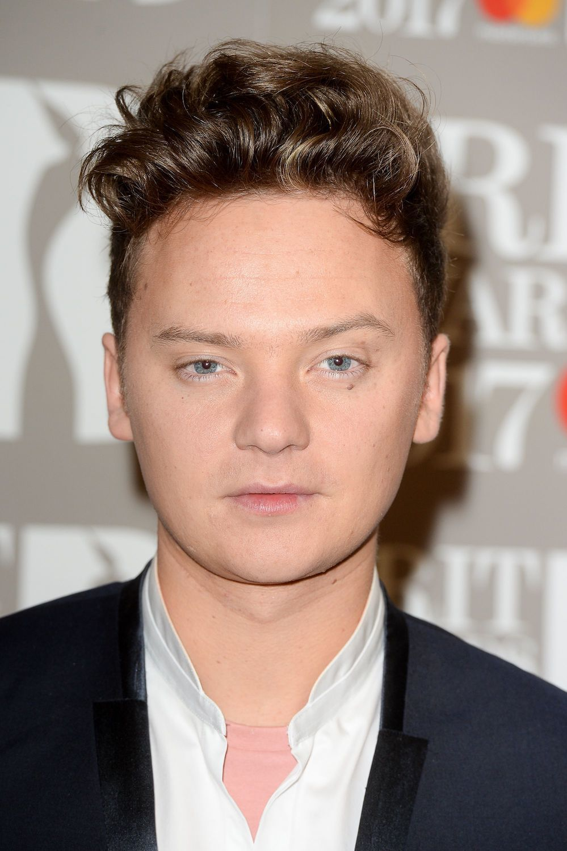 model rambut pria sesuai bentuk wajah gaya messy quiff