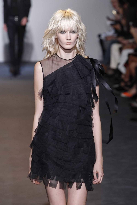 Wanita kaukasia model rambut layer sebahu gaya shaggy dengan warna rambut pirang