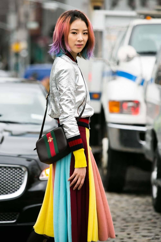 Wanita asia dengan model rambut layer sebahu gaya bob dengan layer pendek warna rambut rainbow