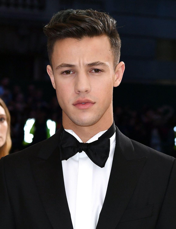 Model rambut pria sesuai bentuk wajah gaya pompadour