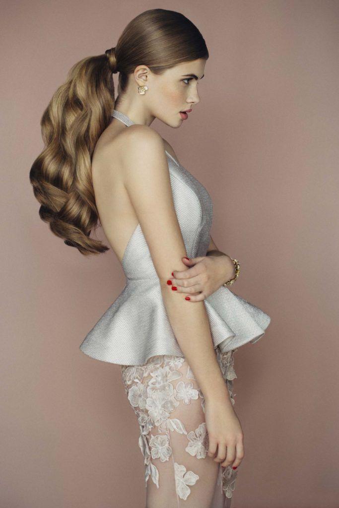 fancy ponytail dengan aksen keriting