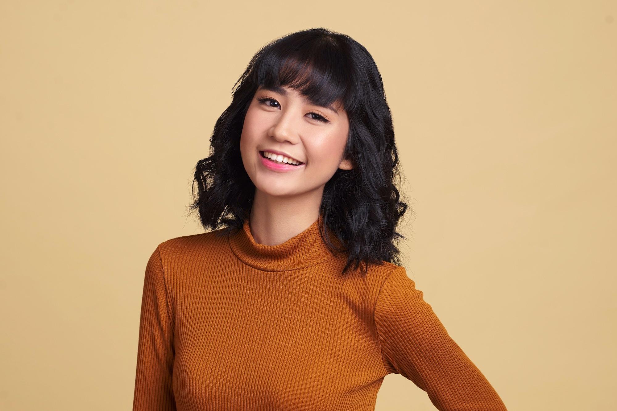 wanita asia dengan model rambut bob untuk wajah bulat dengan warna rambut cokelat