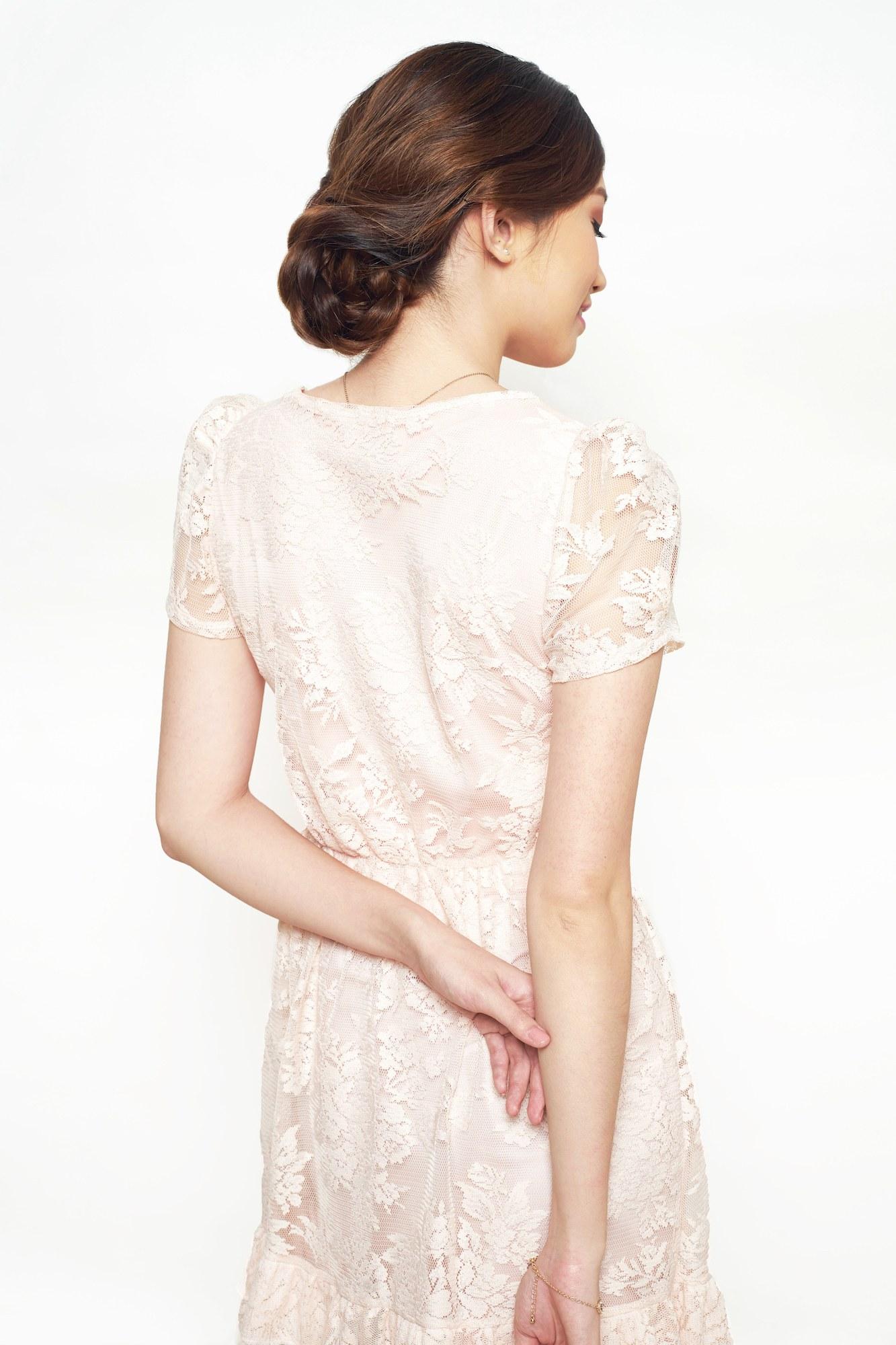 Wanita asia dengan model rambut wisuda braided updo menggunakan dress kebaya.