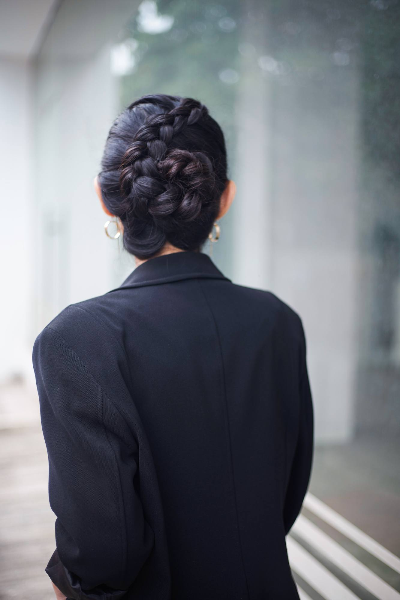 Wanita asia dengan rambut hitam memiliki model rambut wisuda gaya rambut flower braid.