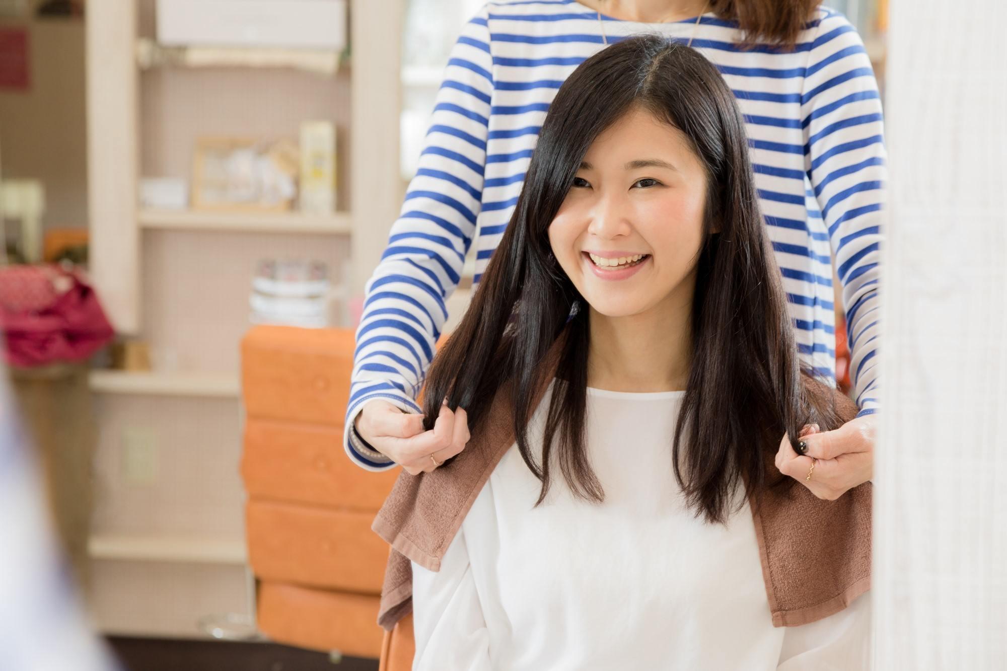 Perawatan rambut dengan shampoo dan conditioner adalah yang utama.