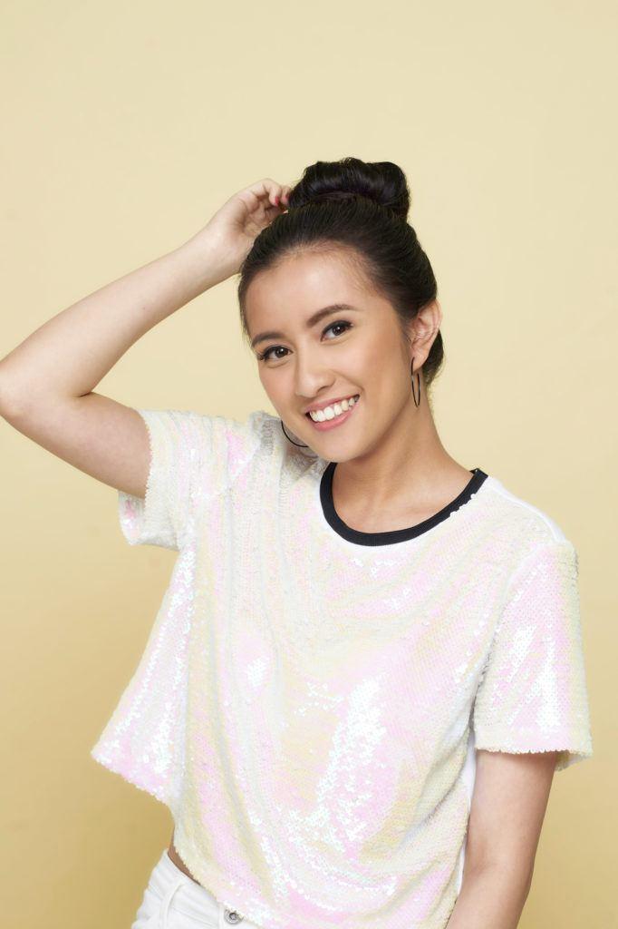Wanita asia dengan rambut hitam model sanggul rambut pendek donut bun.