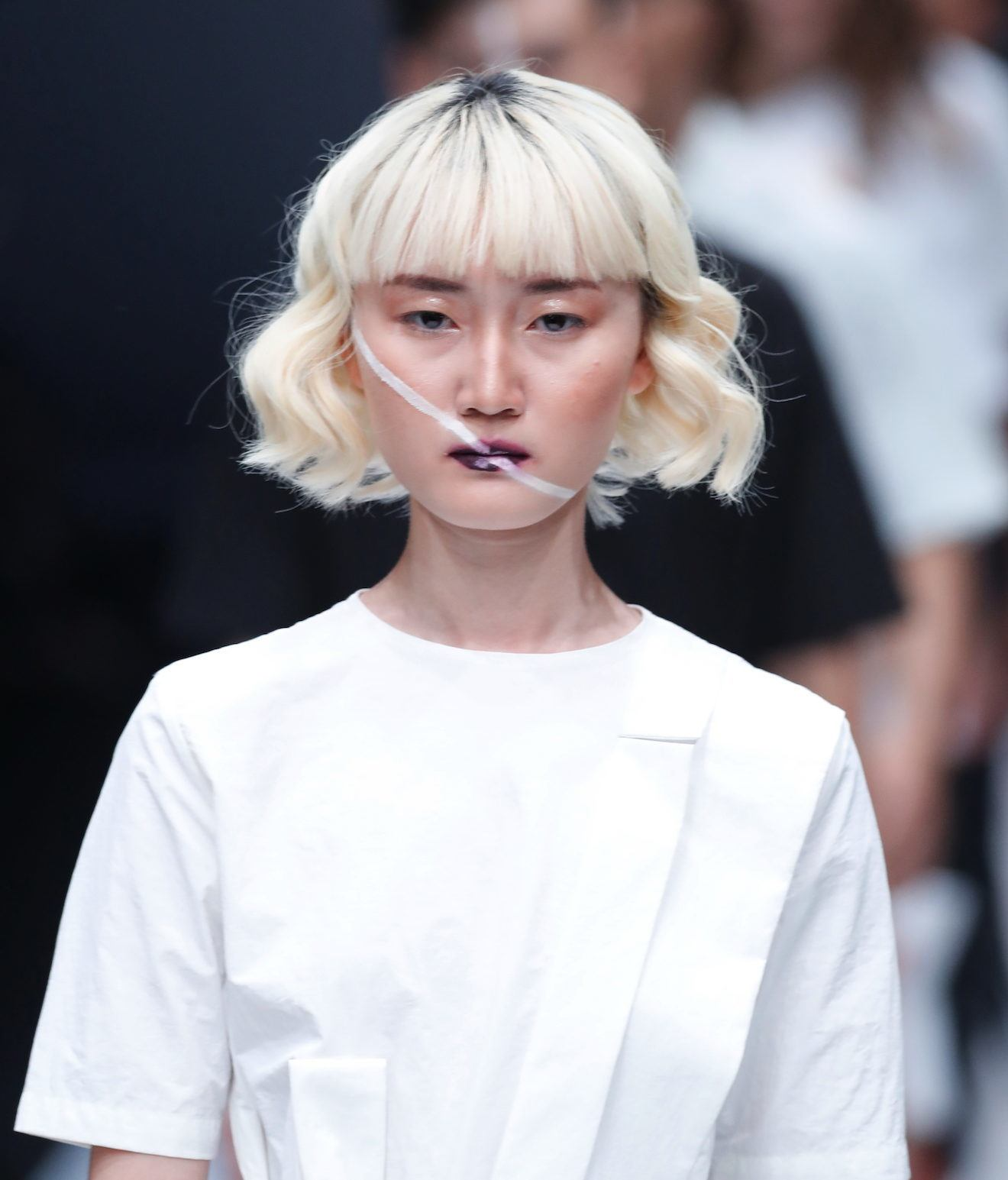 Trend model rambut runway gaya bob keriting dengan warna platinum blonde jakarta fashion week 2018 danjyo hyoji