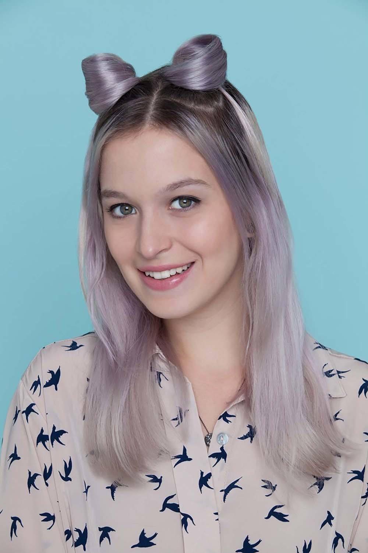 Wanita kaukasia dengan rambut ungu pastel telinga kucing untuk Halloween