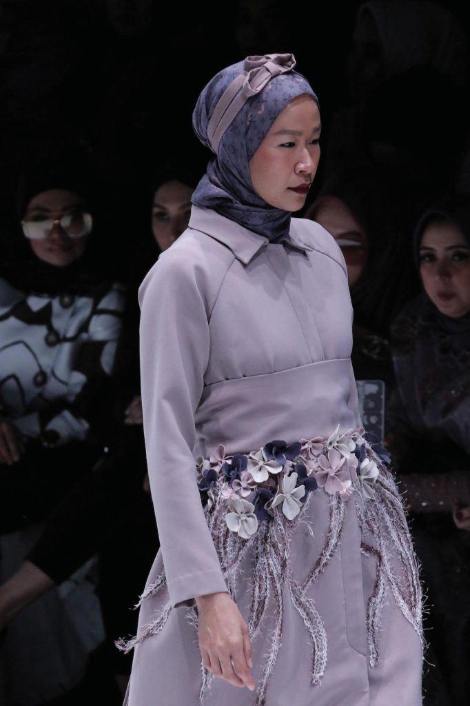 Wanita kaukasia dengan model rambut hijab bow – Jakarta Fashion Week 2019