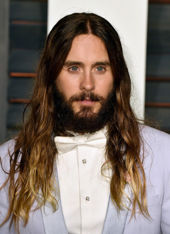 Jared Letto dengan model rambut ikal pria panjang ombre pirang.