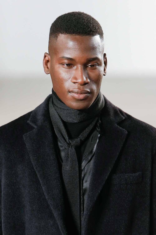 Pria afro dengan model rambut cepak high and tight