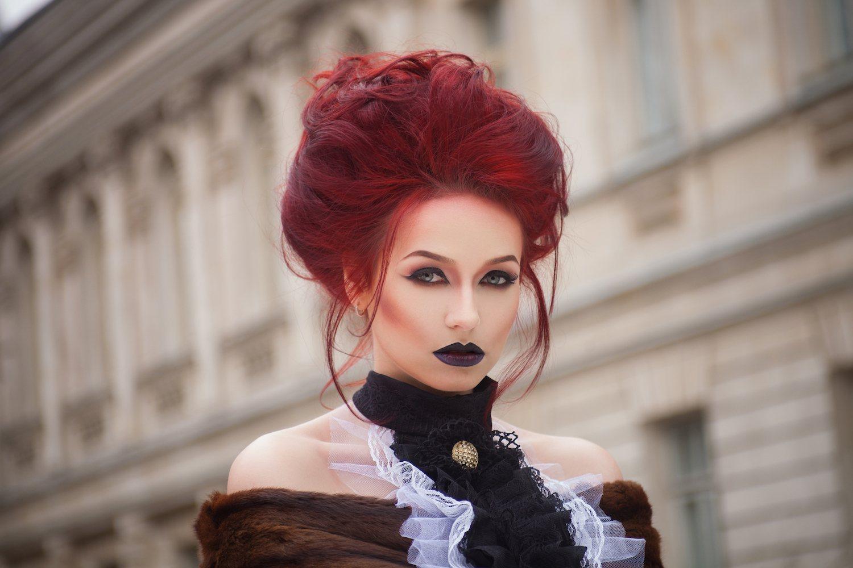 Wanita kaukasia dengan model rambut bun bervolume
