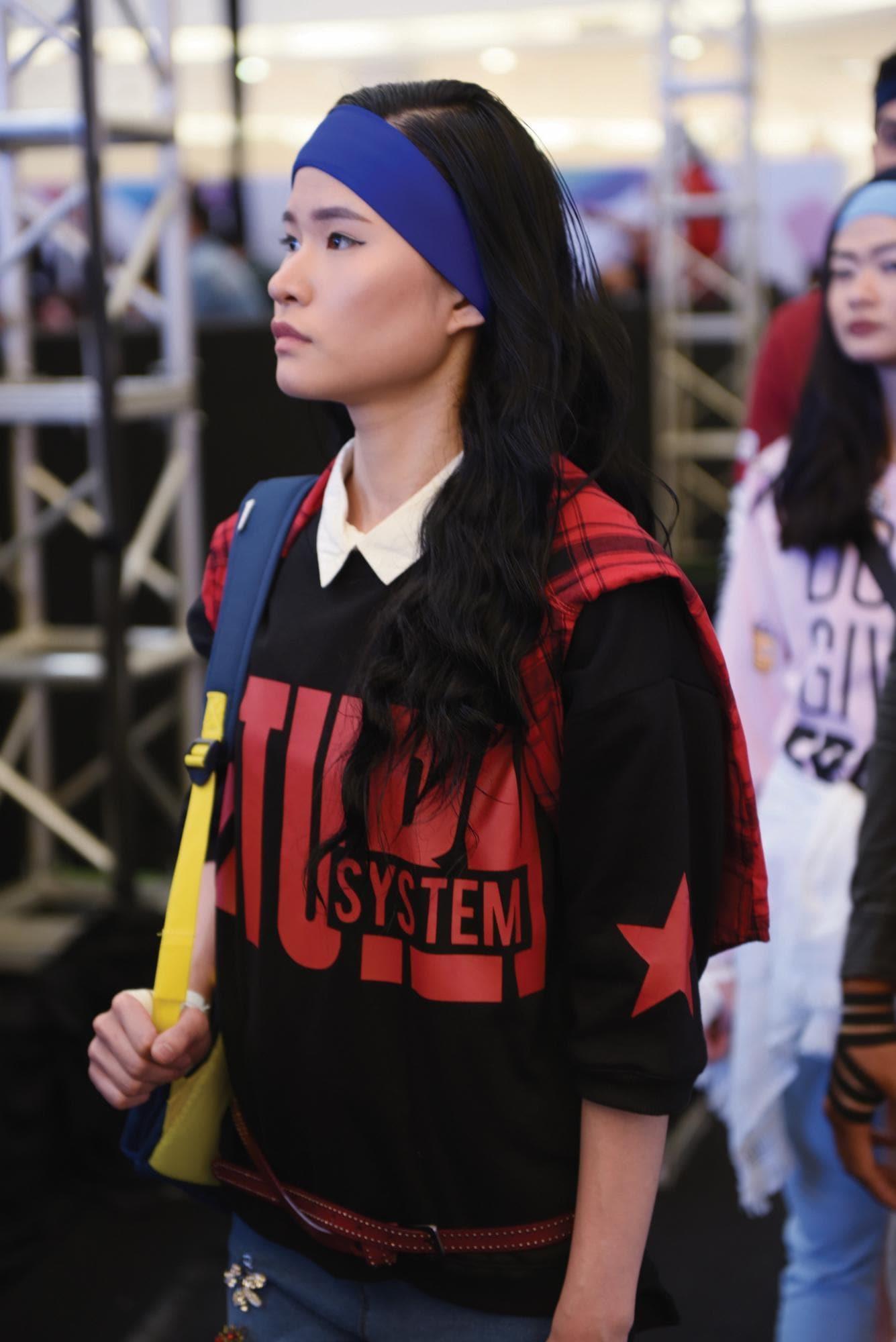 Wanita asia dengan rambut hitam panjang menggunakan kaus hitam dan headband biru – Jakarta Fashion week 2019