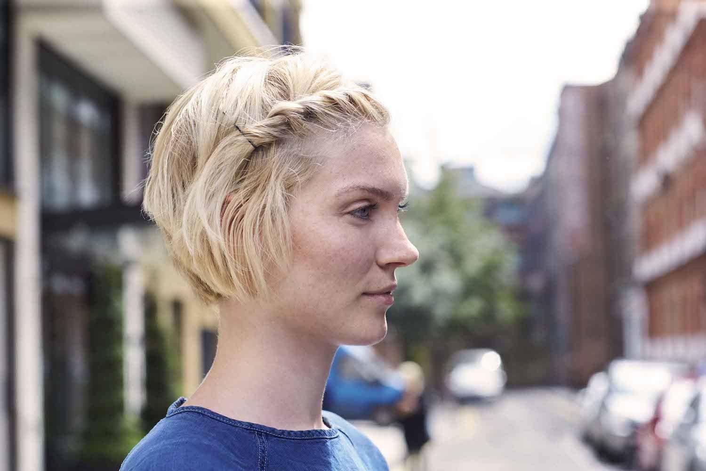 Wanita kaukasia dengan model rambut pendek french braid