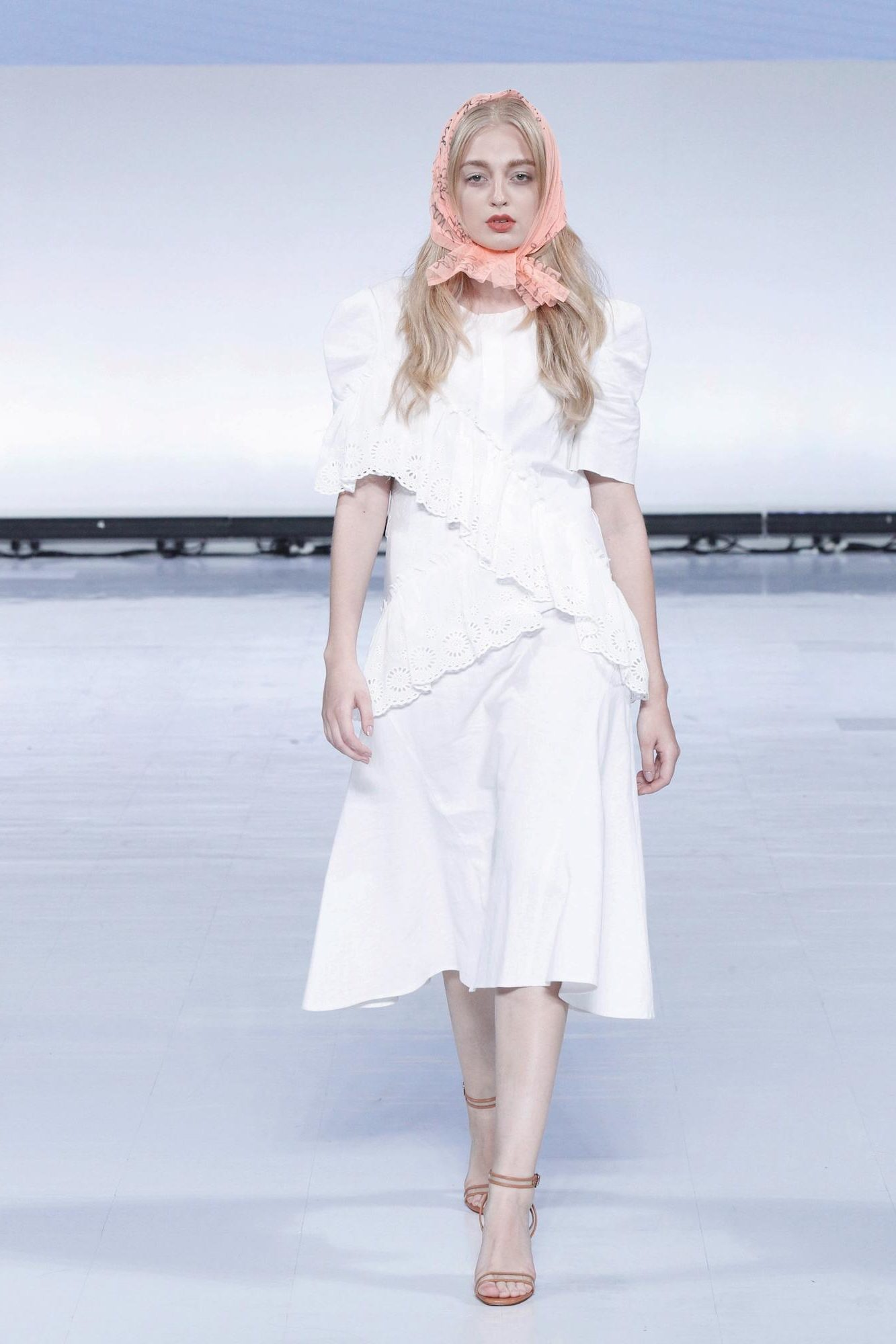 Wanita asia dengan model rambut pirang menggunakan scarf di atas kepala – Jakarta Fashion Week 2019