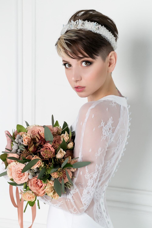 Model kaukasia cantik dengan rambut pixie dan aksesoris rambut