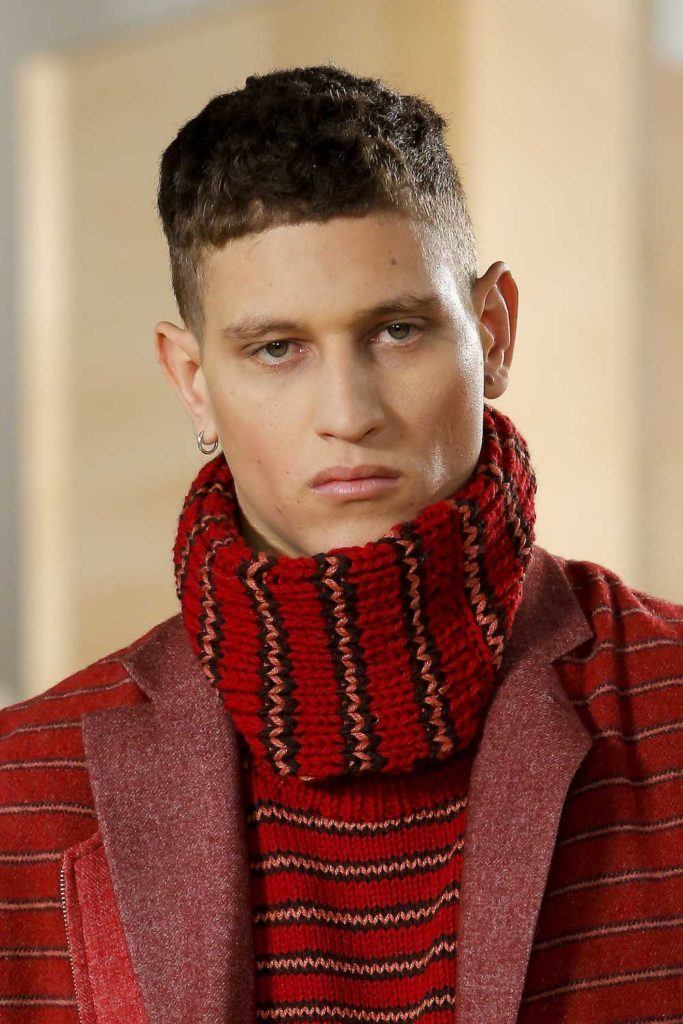 Pria kaukasia dengan model rambut cepak high and tight keriting