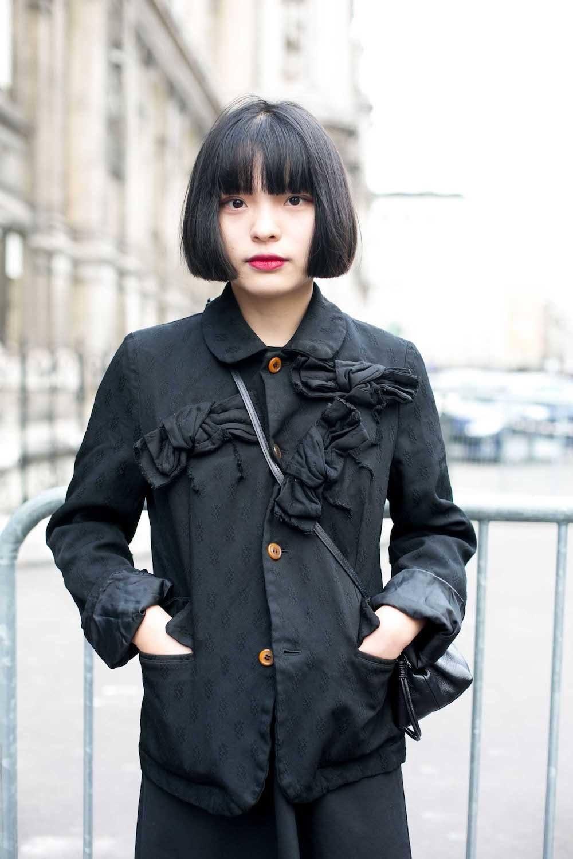 Wanita asia dengan model rambut bob pendek berponi