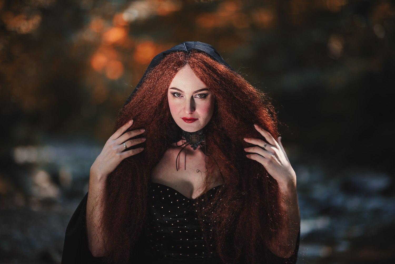 Wanita kaukasia dengan model rambut panjang crimped warna merah untuk Halloween