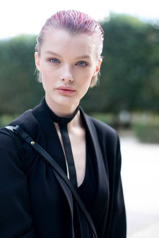 Wanita kaukasia dengan model rambut bob slick back